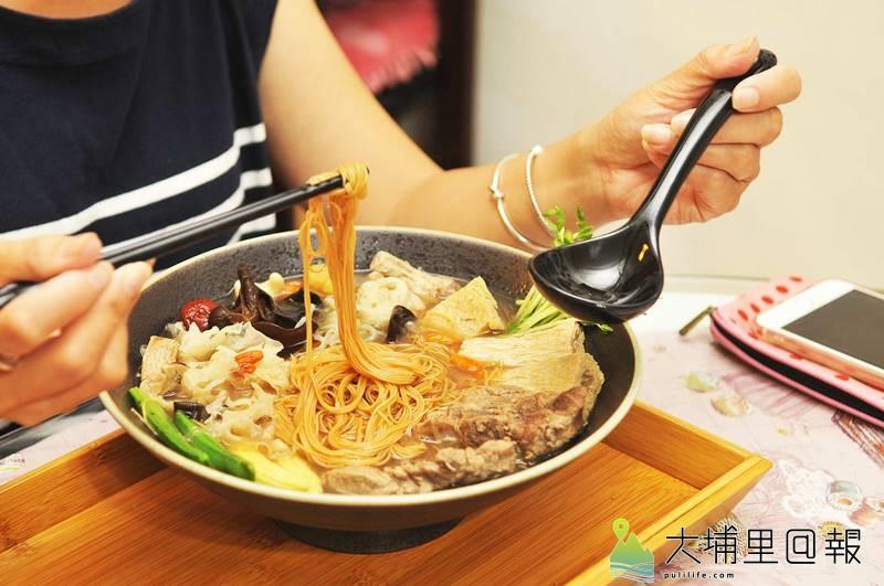 樂川茶食的藥膳排骨麵線,湯頭純淨,且用料注重「五行」,不但有健康概念,色彩也頗繽紛。(柏原祥 攝)