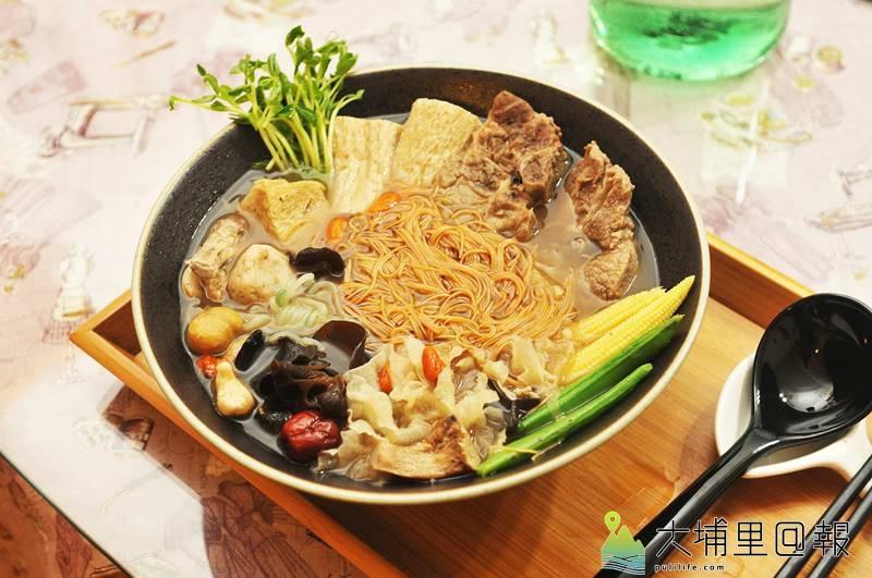 樂川茶食的藥膳排骨麵線是冬季頗受歡迎的養生聖品,李采儒也注重蔬菜配色,端上桌讓人不禁眼睛一亮。(柏原祥 攝)