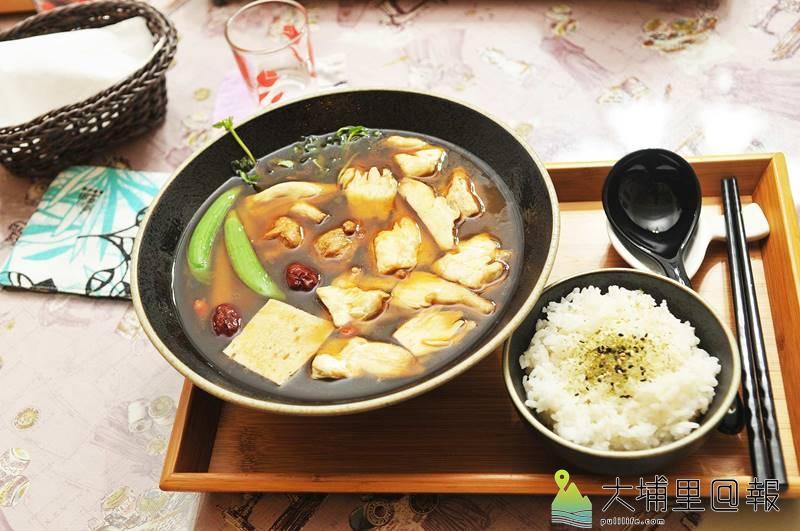 喜歡素食的消費者來到樂川茶食,可選擇麻油杏鮑菇麵線或配飯。(柏原祥 攝)