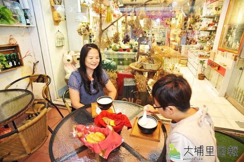 樂川茶食一樓空間是文創小物店,消費者也可以選在店門口品嚐杏仁茶、槓子頭下午茶。(柏原祥 攝)