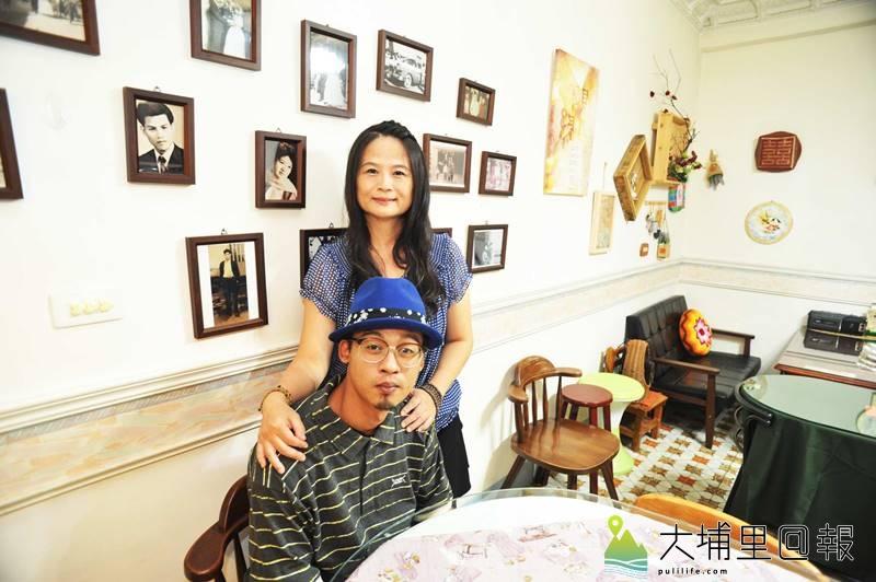 樂川茶食老闆李采儒(後)傳承父母的好味道,她也計畫將味道傳給兒子,後方黑白照片即是家族照,餐廳空間有家的味道。(柏原祥 攝)