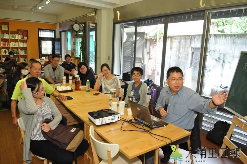大埔里@報開辦多樣的公民記者課程,曾邀請知名傳播學者陳順孝(右)來到埔里,傳授獨立媒體經營的思維。(柏原祥 攝)