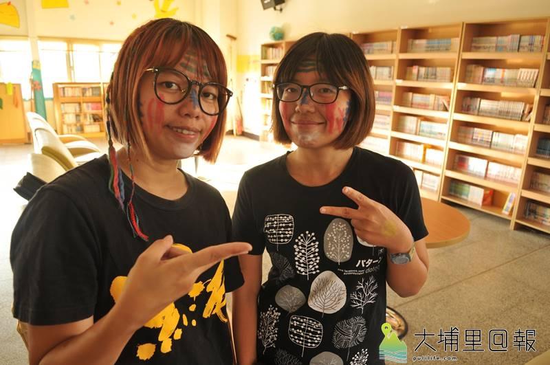 曾立馨(左)與謝敏燕(右)兩人無血緣關係,外貌卻非常神似,她們在臉上彩繪,準備與小朋友玩萬聖節遊戲。(柏原祥 攝)