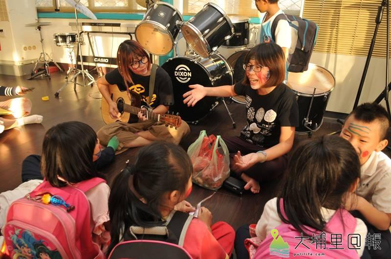 曾立馨(左)帶來音樂,謝敏燕在良顯堂課輔班當老師,兩人無血緣關係,生活領域也不太重疊,但長相卻非常神似。(柏原祥 攝)