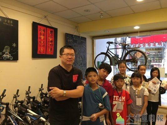 【圖說】採訪結束後,小小記者們與店長開心合照。(圖/廖守柔拍攝)