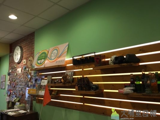 【圖說】店內的牆面有各國的元素,牆上照片則是曾經來訪過的遊客。(圖/邱品蓉拍攝)