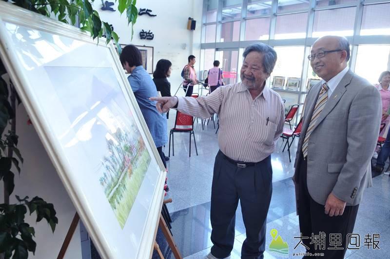 沈政瑩(左)捐出畫作義賣,協助埔基醫院推展偏鄉長期照護計畫,右為埔基醫院院長陳恒常。(柏原祥 攝)