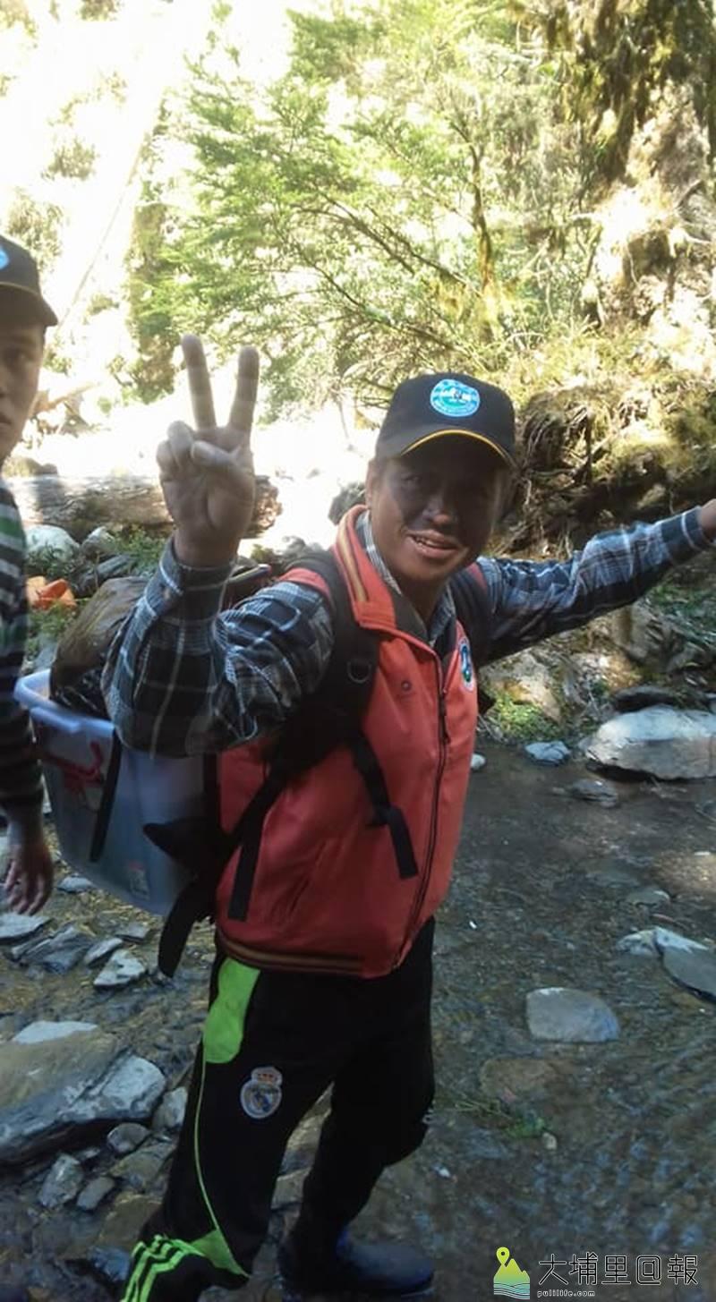 櫻花鉤吻鮭是國寶魚,仁愛鄉翠華村民組成國寶魚護溪巡守隊,背負魚苗至合歡溪復育。(圖/Tabas Nawi提供)