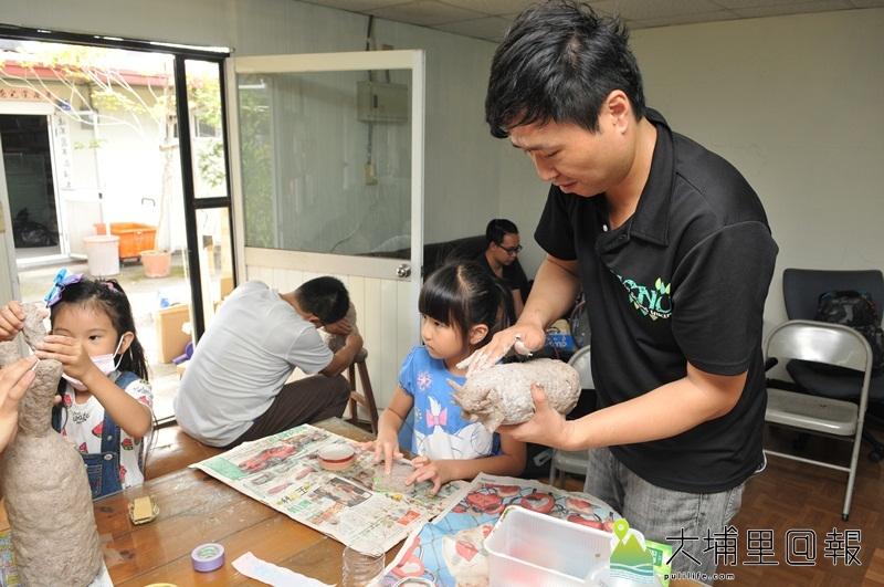 暨大人社中心開設藝術農村課程,讓學員試著以紙漿、保特瓶、鐵絲等廢料,捏塑生活藝品。(柏原祥 攝)
