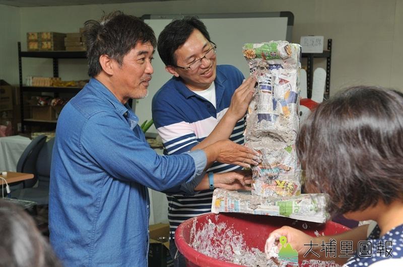 暨大人社中心開設藝術農村課程,讓學員試著以紙漿、保特瓶、鐵絲、舊報紙等廢料,捏塑生活藝品,美化家園。(柏原祥 攝)