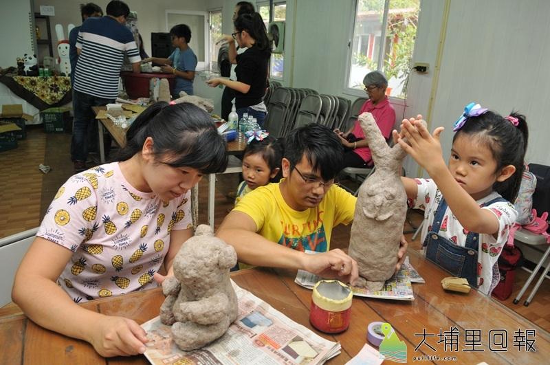 暨大人社中心開設藝術農村課程,讓學員試著以紙漿、保特瓶、鐵絲、舊報紙等廢料,捏塑美化家園的藝品。(柏原祥 攝)