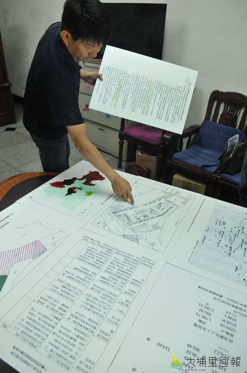 蜈蚣里反對殯儀館自救會成員代表準備詳細圖表,至南投縣議會表達心聲。(柏原祥 攝)