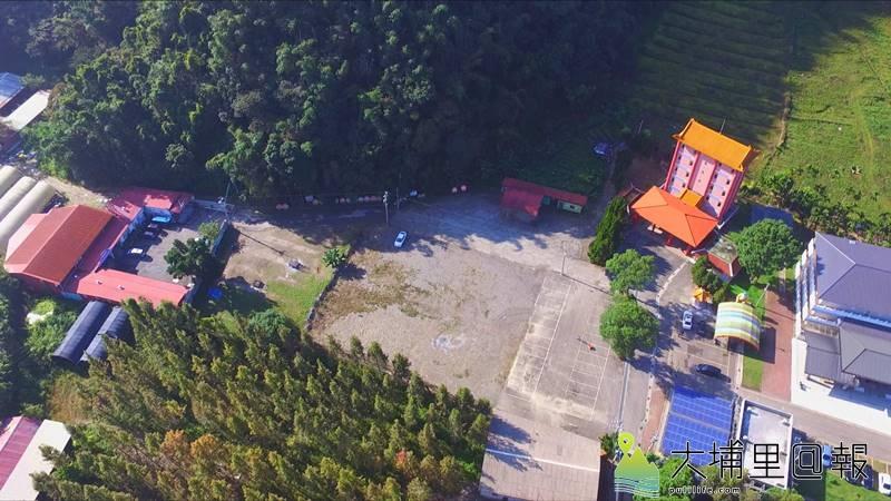 從空拍圖可以見到蜈蚣里第七公墓殯儀館預定地及價購私有地的相對位置。(柏原祥 攝)