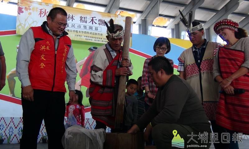 奧萬大布蘭原民市集18日隆重開幕,原住民擣香糯米,歡迎遊客前來採購。(圖/南投林管處提供)
