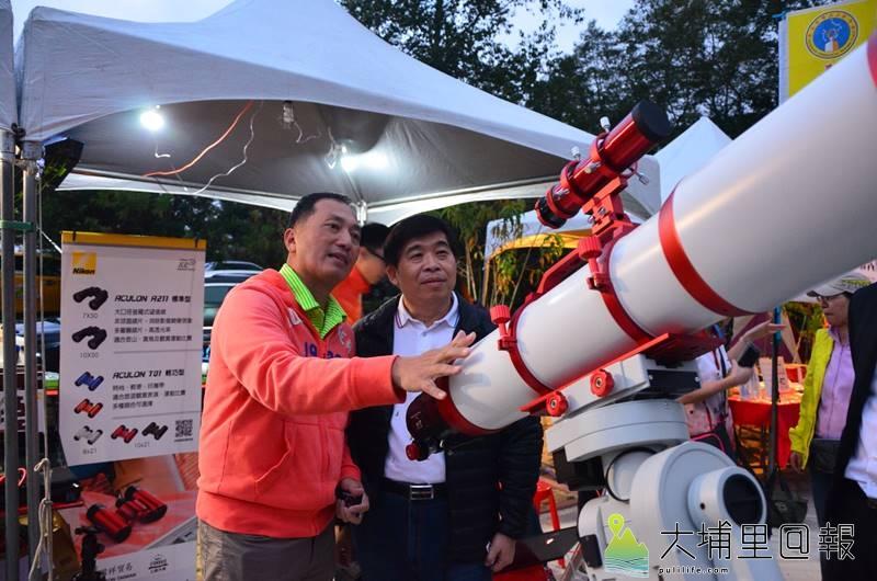 「清境一夏觀星活動」18日在清境鳶峰舉行活動,現場備有巨砲型的天文望遠鏡。(圖/南投縣府提供)