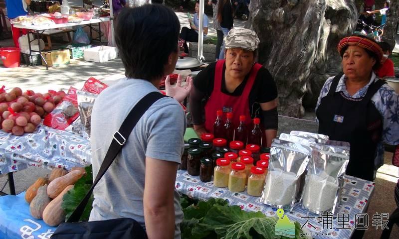 仁愛鄉松林部落布蘭原民市集開幕,民眾採購當地小農生產的百香果、高麗菜、南瓜及香糯米等產品。(圖/南投林管處提供)