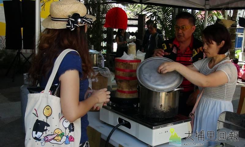 仁愛鄉松林部落布蘭原民市集開幕,現場販售香糯米傳統美食。(圖/南投林管處提供)