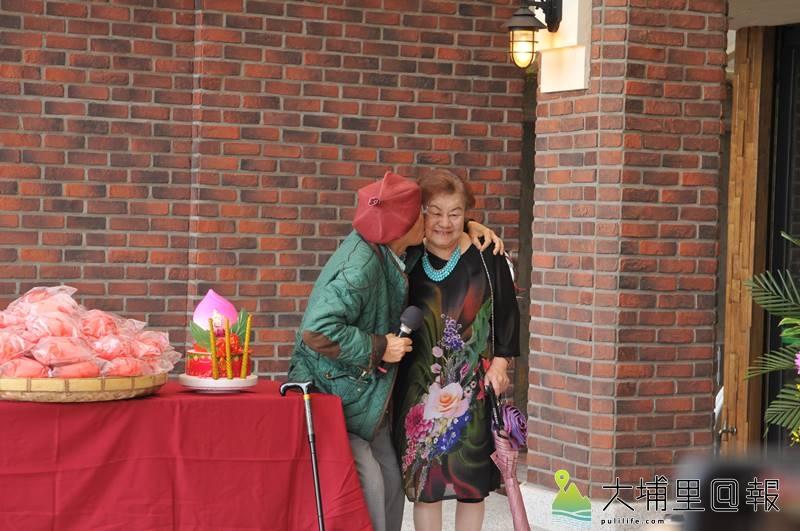 牛耳藝術渡假村創立30週年,創辦人黃炳松親吻妻子周雪鳳,表達感恩她為家庭、事業的付出。(柏原祥 攝)
