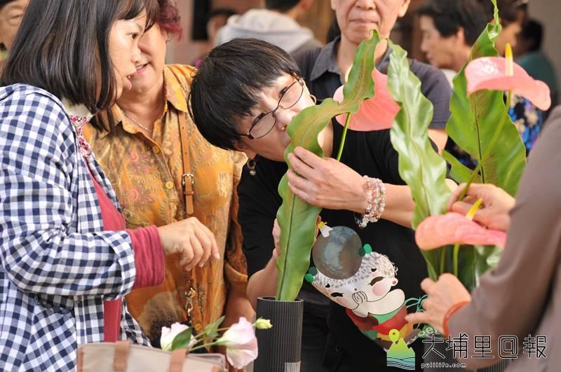 埔里鎮牛耳藝術渡假村創立30週年,邀請日本插花大師辻真由美展演。(柏原祥 攝)