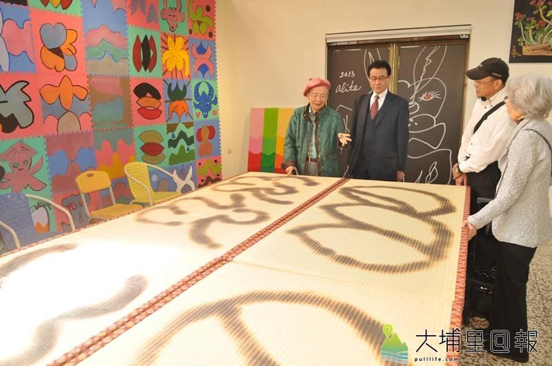 埔里鎮牛耳藝術渡假村創立30週年,創辦人黃炳松(左)也展出自己的塌塌米作品。(柏原祥 攝)