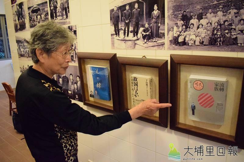 下山操子熱心介紹自己的《流轉家族:泰雅公主媽媽、日本警察爸爸和我的故事》。(洪健鈞 攝)
