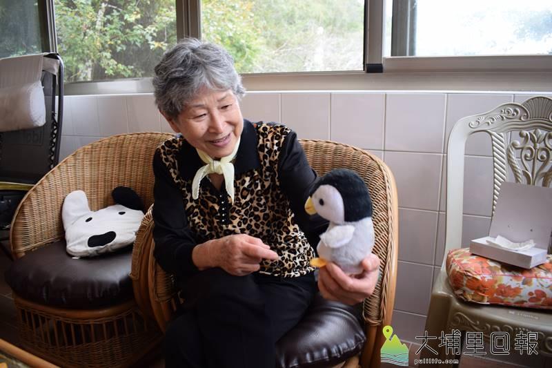 童心未眠的下山操子,玩起當初在日本買回來的錄音玩偶。(洪健鈞 攝)