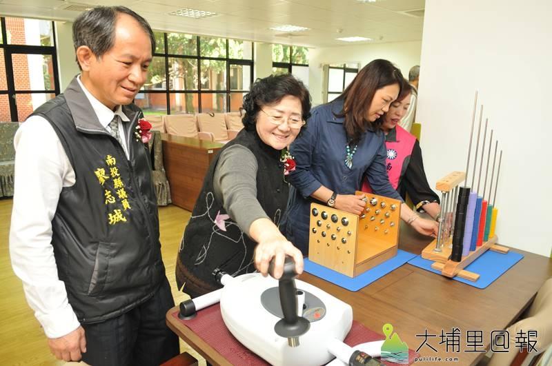 台中榮民總醫院埔里分院長照大樓動土,並宣布日照中心成立,內部提供讓老人訓練小肌肉的復建設備。(柏原祥 攝)