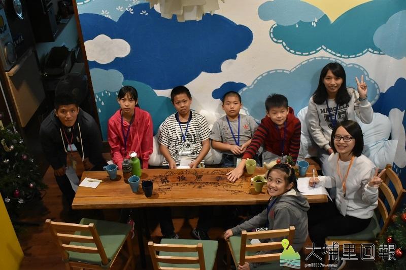 手繪雲朵牆壁與手工漂流木桌(攝影/陳彥勳)。