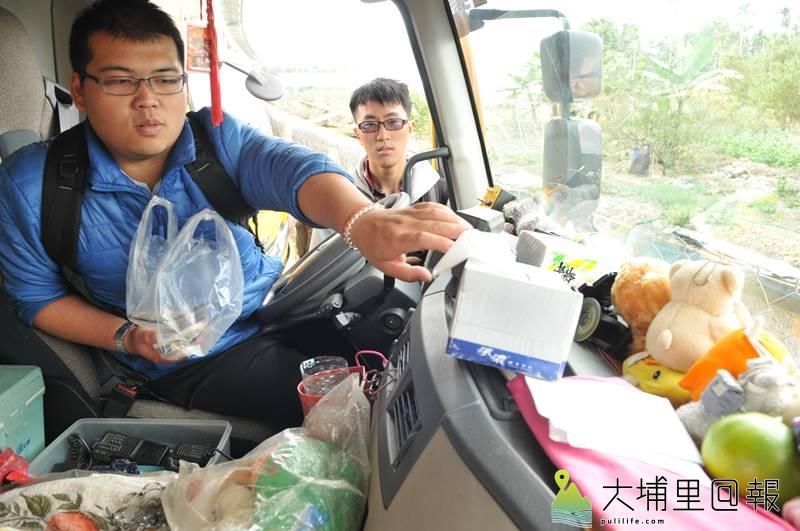由暨大資工及應用光電系同學組成的小組至埔里清潔隊,瞭解垃圾車是否能與感測、發訊裝置相容。(柏原祥 攝)