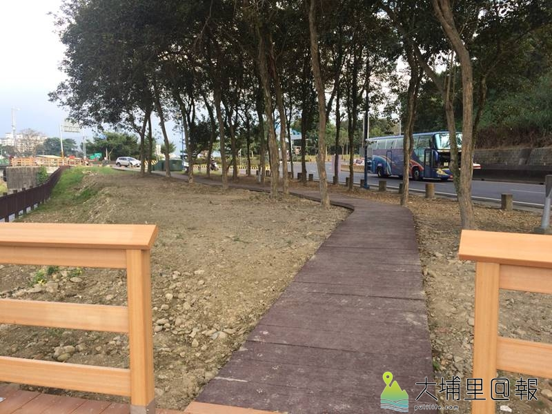 愛蘭橋頭南港溪堤防(工程後)架設木棧平台與林間步道,給居民一個舒適的河岸空間。(圖/第三河川局提供)