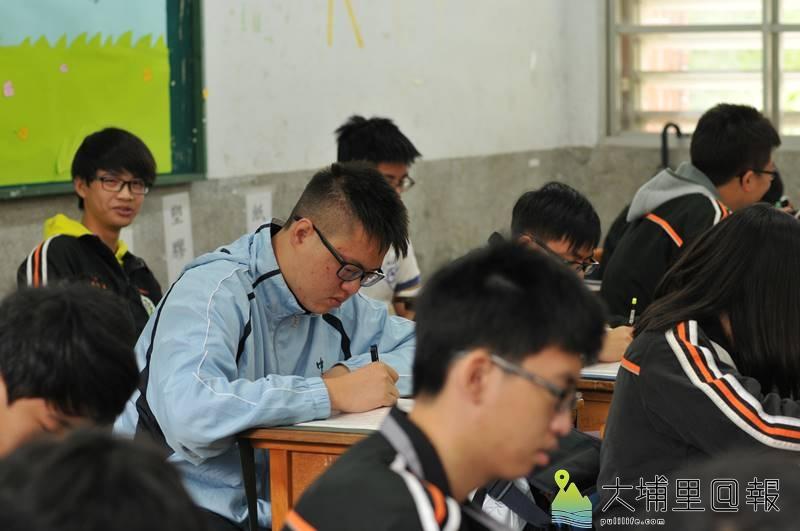 台中一中高一生蘇柏豪(淺藍衣)至埔里高工與同學共同學習,感受跨學制的差異。(柏原祥 攝)