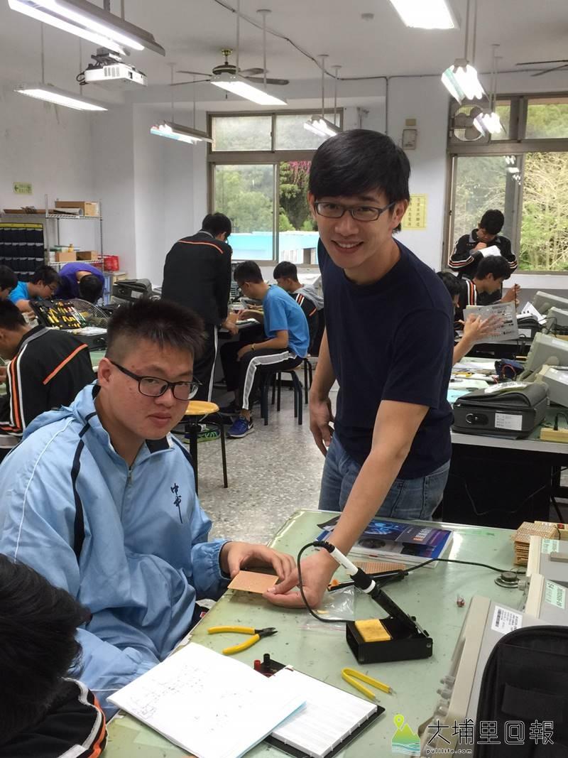 台中一中高一生蘇柏豪(淺藍衣者)至埔里高工資訊科見習,與同學們一起焊接電子零件。(圖/校方提供)