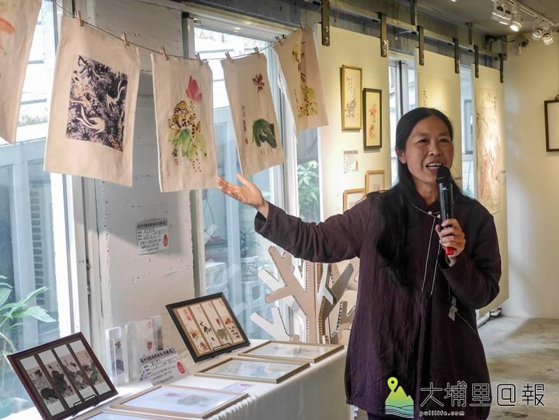 王六石的遺孀楊繡鳳說明丈夫生態相關的畫作。(圖/紙教堂提供)