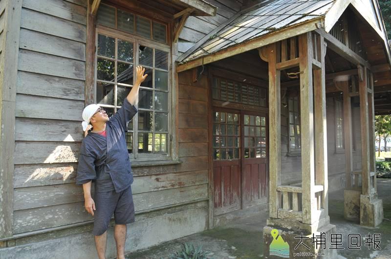 日籍埔里女婿菅 大志是北海道大學農學博士,他指著演習林的菱形銅瓦,表示這是與母校連結的鐵證。(柏原祥 攝)