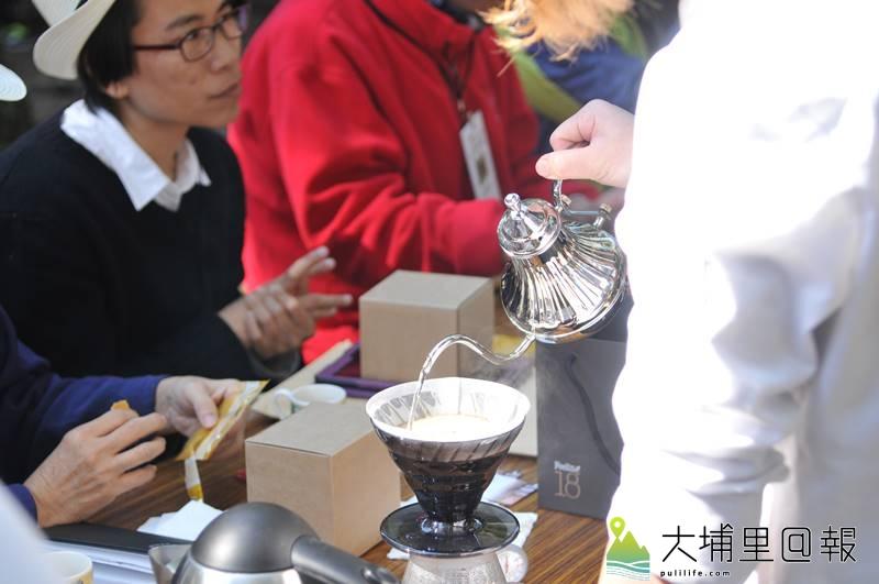 第一屆水沙連咖啡節在埔里中興大學演習林舉辦,現場洋溢著手沖咖啡的香氣。(柏原祥 攝)