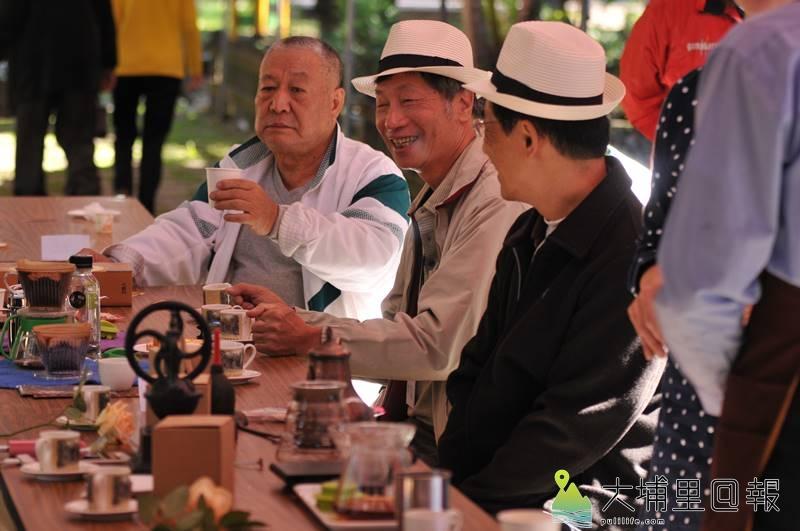 第一屆水沙連咖啡節在埔里中興大學演習林舉辦,與會來賓享受香醇的咖啡。(柏原祥 攝)