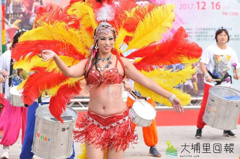 埔里鎮公所將於16日舉辦森巴踩街活動,由穿著森巴舞衣的森巴女郎先為活動熱身。(柏原祥 攝)
