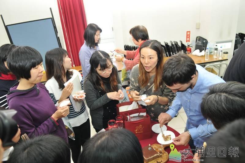 埔里鎮舉辦十大伴手禮評選,預告活動中民眾試吃業者提供的樣品。(柏原祥 攝)