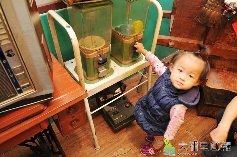 滿食堂店內有許多有趣的古物,如這兩具古早扭蛋機。(柏原祥 攝)