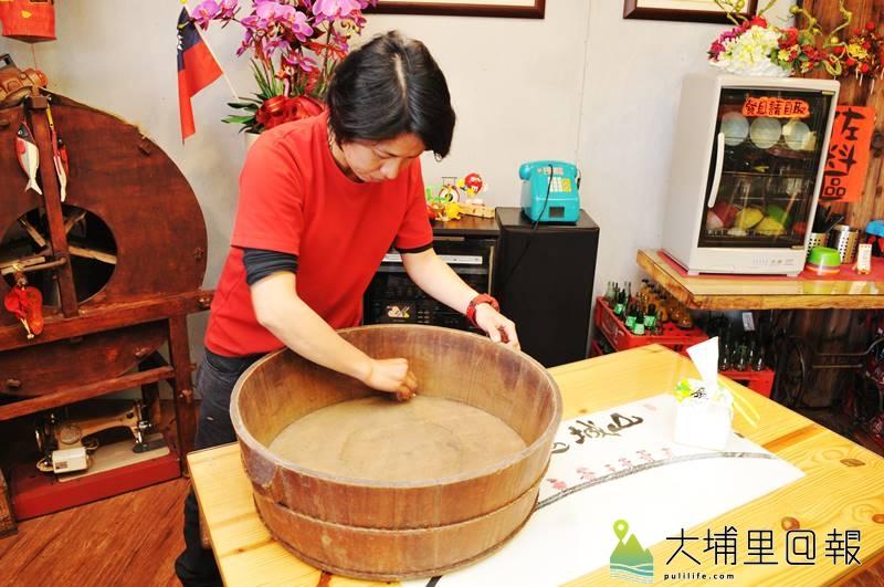 滿食堂店內有古物是老闆黃筱倩自己收集而來,如這具木頭嬰兒澡盆。(柏原祥 攝)