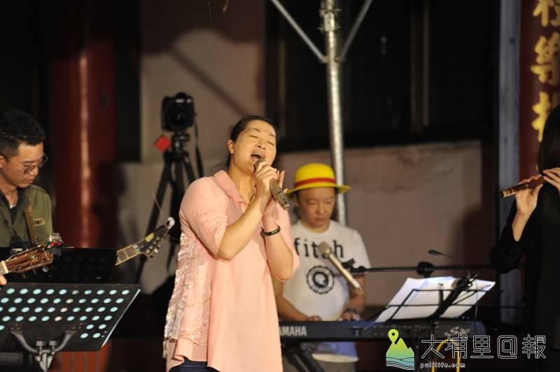 愛蘭里民潘雪玉有小江惠的別稱,他唱出早期嫁到「無某崎」婦女的心聲。(柏原祥 攝)
