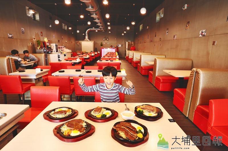 用餐空間寬闊的鉄工房,希望讓埔里人用夜市價位,享受貴族般的用餐品質。(柏原祥 攝)