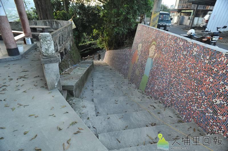 梅村社區馬賽克拼貼牆,紀錄「無某崎」婦女挑水上台地的辛酸史。(柏原祥 攝)