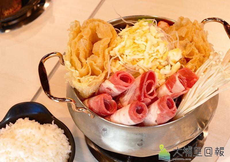 鉄工房火鍋採用新鮮食材,湯頭用蔬果與大骨慢燉,起司牛奶鍋是老闆推薦的好鍋。(柏原祥 攝)
