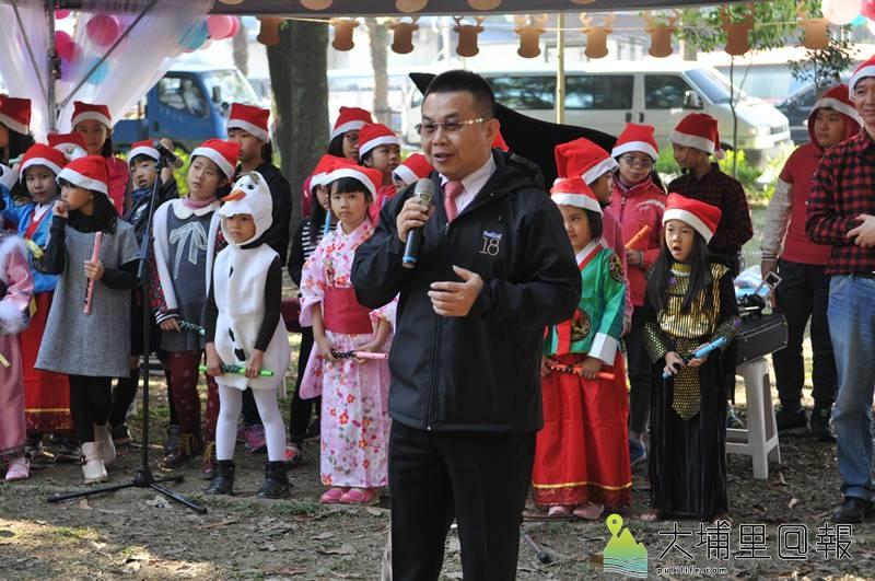 國際聖誕音樂派對在埔里演習林舉辦,18度C文化基金會董事長茆晉詳說明舉辦源由。(柏原祥 攝)