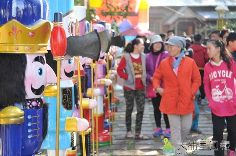 國際聖誕音樂派對在埔里演習林舉辦,現場陳列巨型胡桃鉗人偶。(柏原祥 攝)