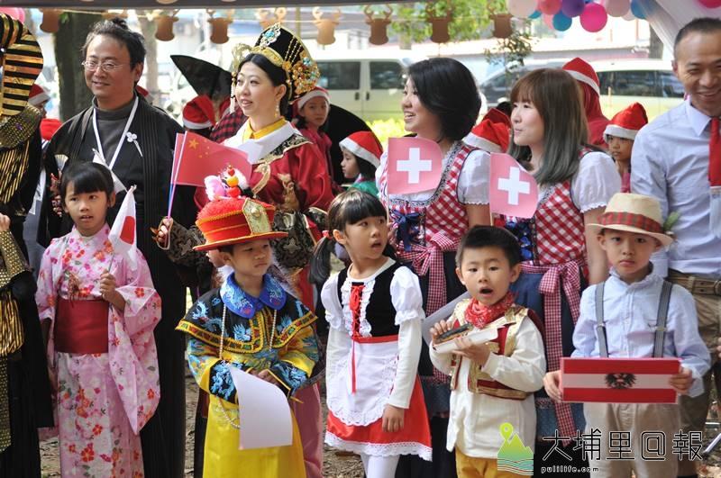 國際聖誕音樂派對在埔里演習林舉辦,親子穿著多國服飾走秀。(柏原祥 攝)