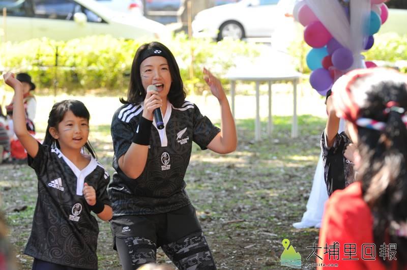 國際聖誕音樂派對在埔里演習林舉辦,親子穿著多國特色服飾,並說明各國國情。(柏原祥 攝)