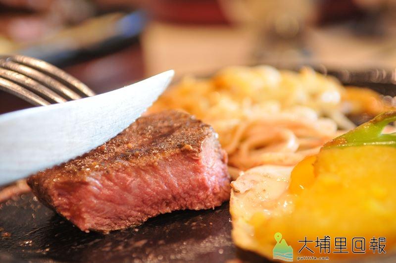 好肉不需要太多調味,灑一點玫瑰鹽,更能品嚐到新鮮肉汁的原味。(柏原祥 攝)