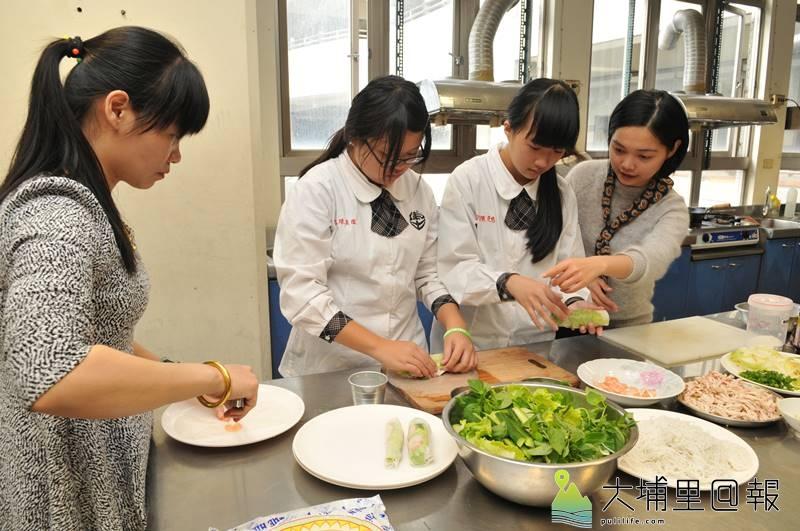 埔里國中新住民子女跟著媽媽學習做南洋料理。(柏原祥 攝)